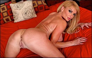 Taylor Wane in bikini and high heels loves showing her tight body