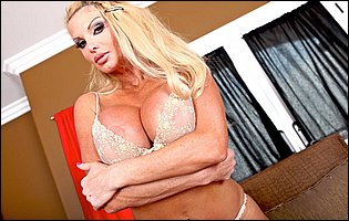 Busty blonde Taylor Wane likes showing her hot body