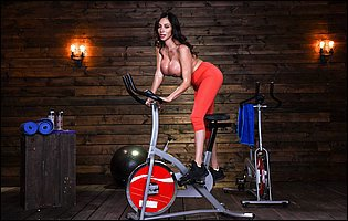 Sporty girl Ariella Ferrera presents her hot body in gym